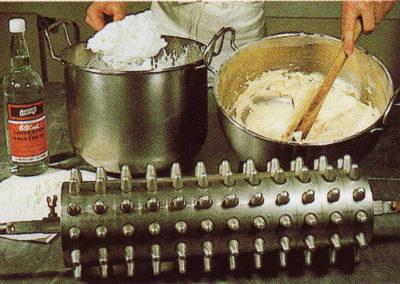 Die Baumkuchenmasse wird hergestellt.