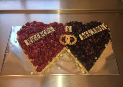 Hochzeitstorte Herzen Ringe Himbeer und Waldbeertorte