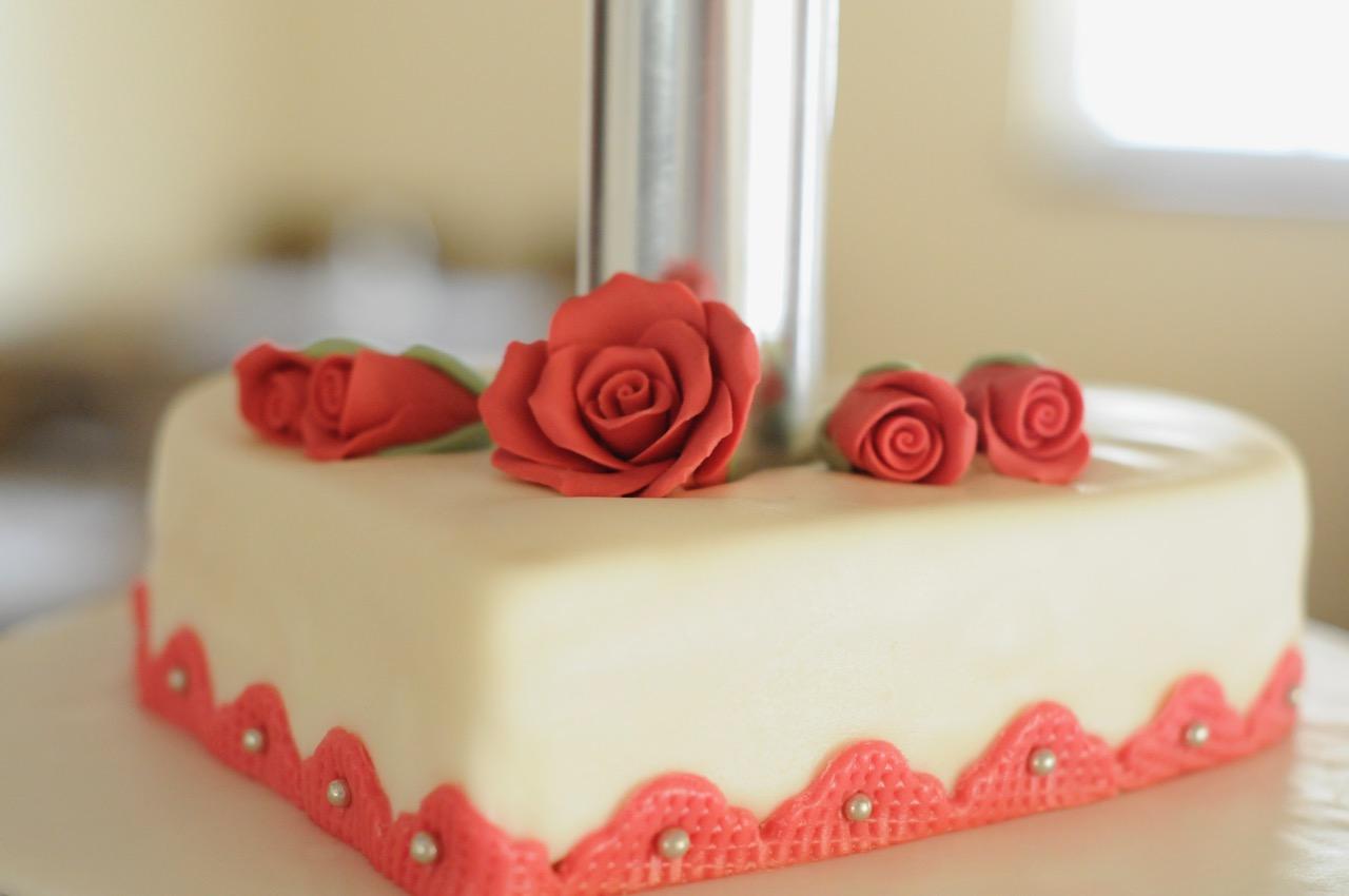 Detailansicht Herztorte mit Zuckerrosen dekoriert