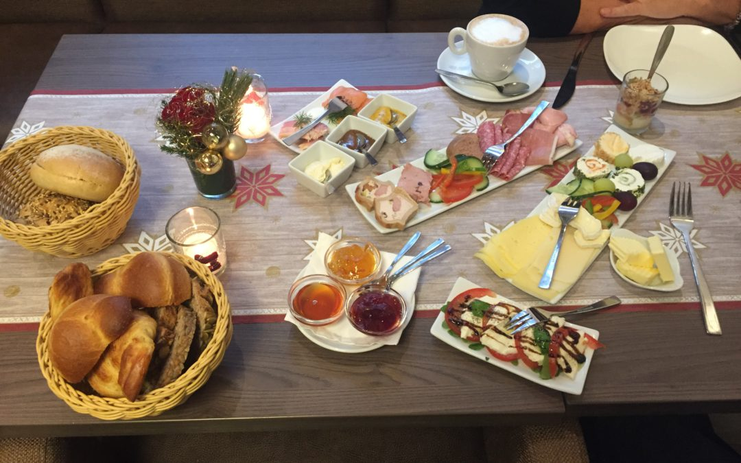 Silvester-Festtags-Frühstück-Tischbuffet