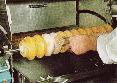 Glasieren des Baumkuchens mit Pinseln